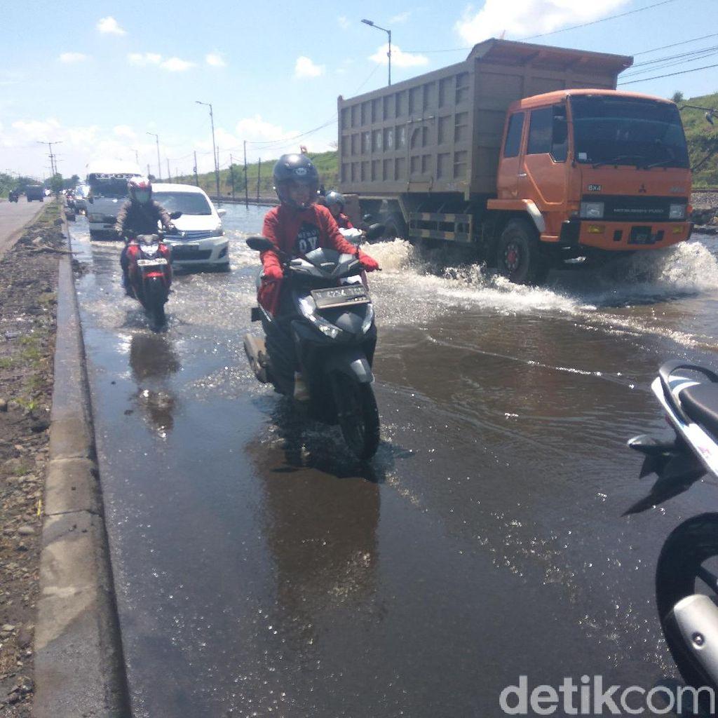 Dua Pompa PPLS Rusak, Jalan Raya Porong Lama Tergenang Air