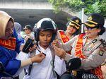 Aksi Polwan Berkebaya Atur Lalin di Jaktim