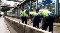 Petugas TransJ Perlebar Separator Halte Simprug