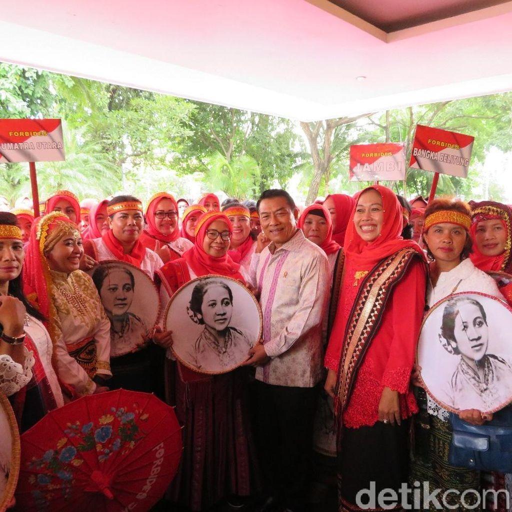 Moeldoko Terima 500 Bidan Desa Berpakaian Kartini