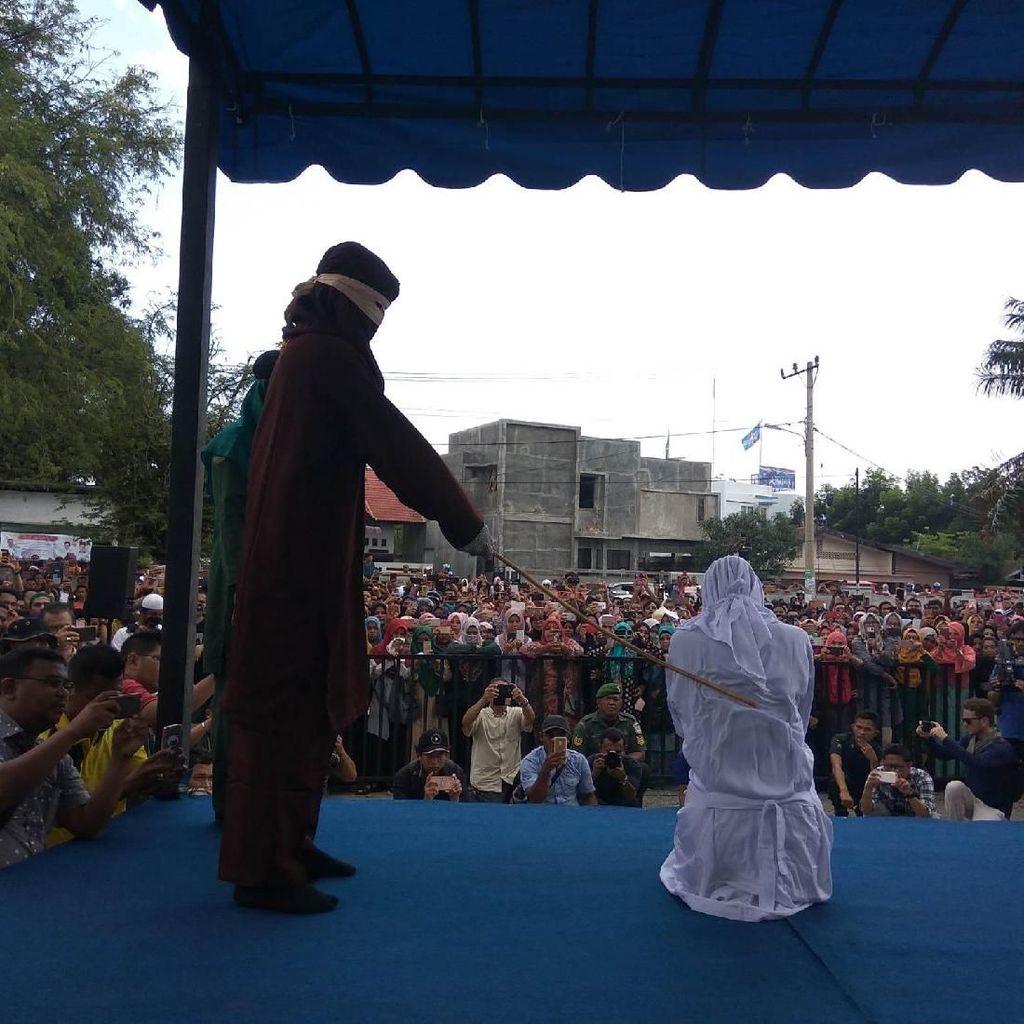 Foto: Gempita Warga Tonton PSK Online Dihukum Cambuk di Aceh