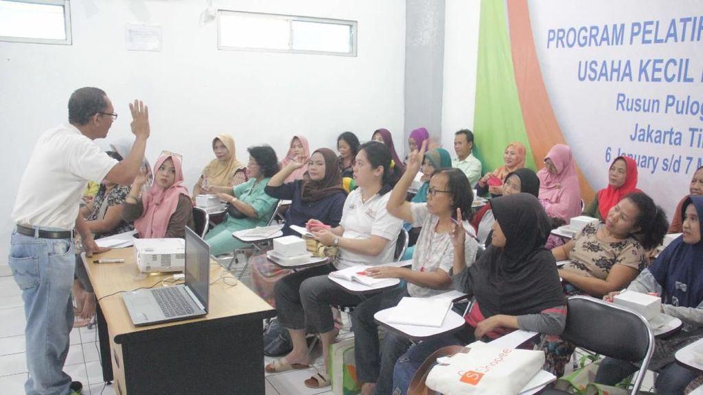 Ibu Rumah Tangga di Rusunawa Pulogebang Belajar Fotografi