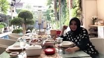 Punya Resort Mewah di Bali, Begini Gaya Ibunda Nagita Slavina Saat Kulineran