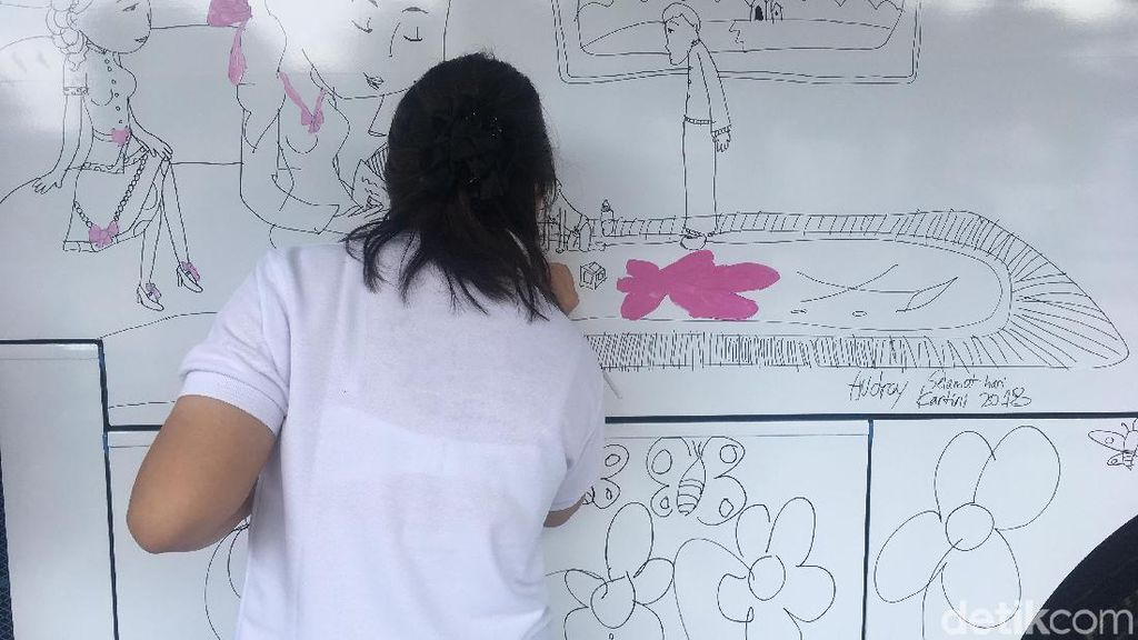 Sambut Hari Kartini, Anak Berkebutuhan Khusus Melukis Bus TransJ