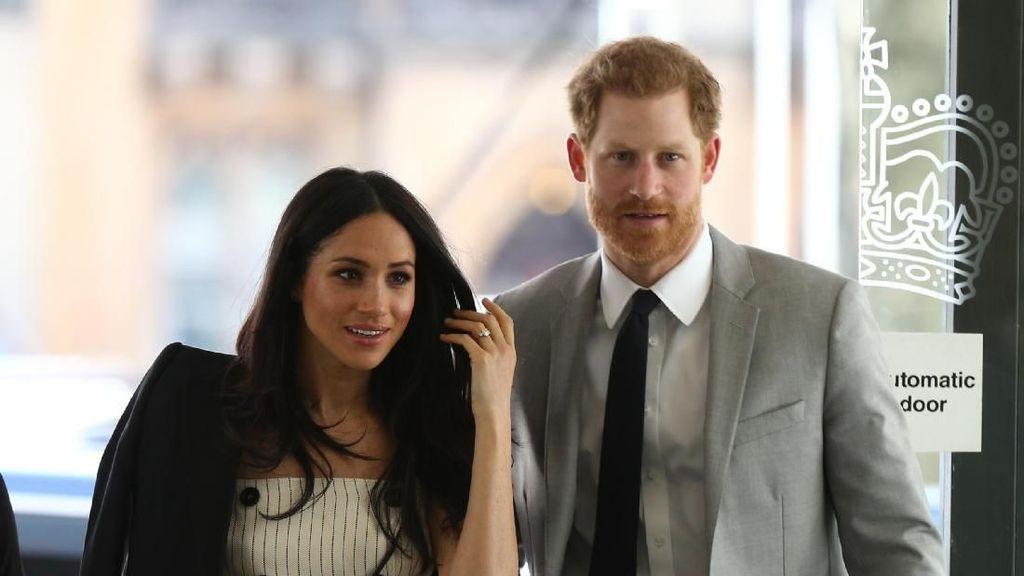 So Sweet! Meghan Markle dan Pangeran Harry Serasi Bergaya Monokromatik