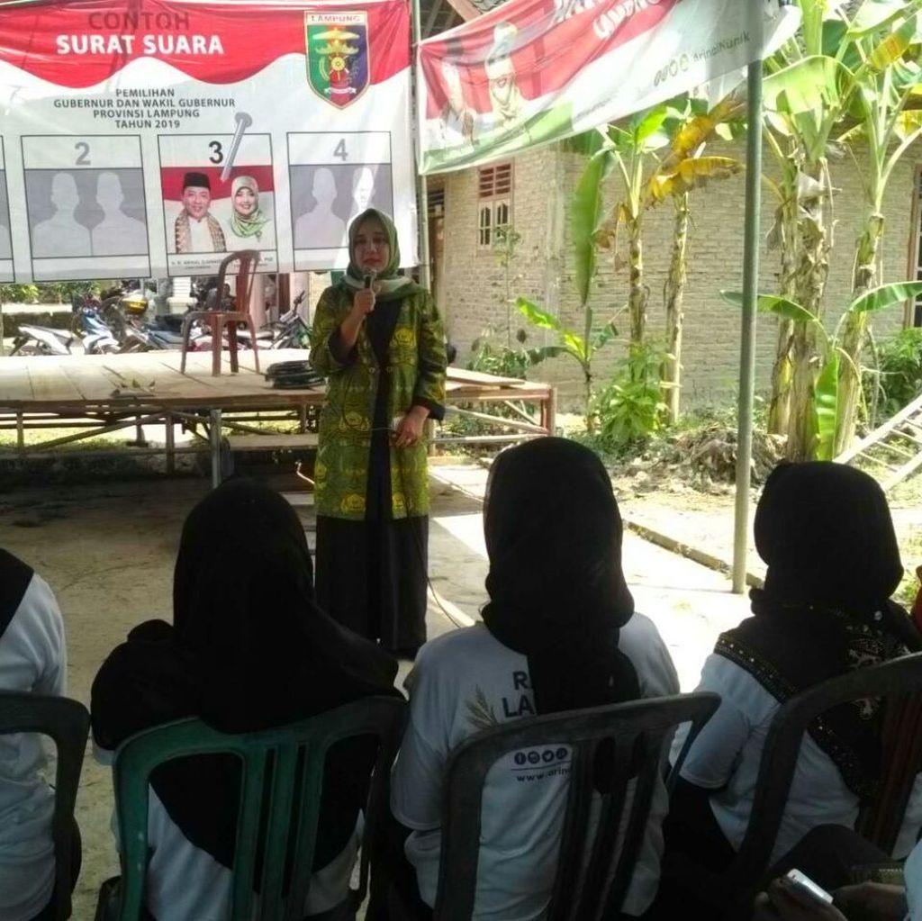 Istri Cagub Arinal Catat Curhatan Warga Pringsewu Lampung
