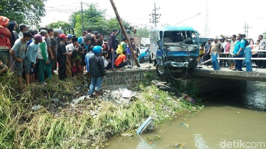 Minibus Tabrak Truk dan Biker di Jombang, 1 Orang Tewas