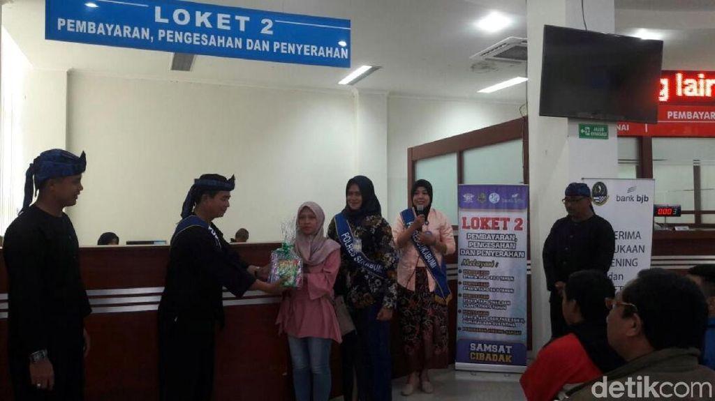 Hari Kartini, Polwan di Sukabumi Bagikan Doorprize pada Wajib Pajak