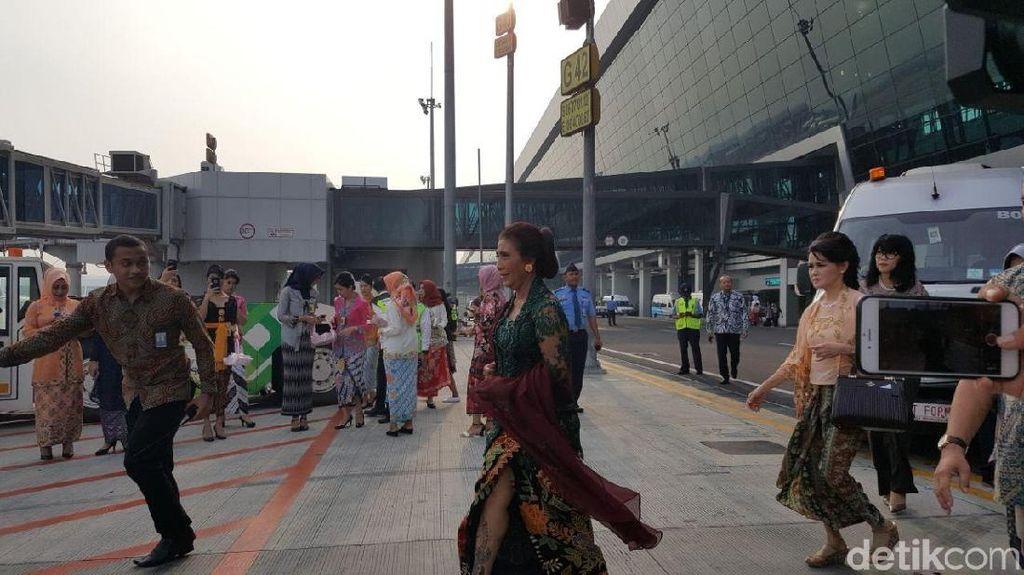 Foto: Menteri Susi nan Anggun di Kartini Flight