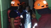 Petugas Evakuasi 4 Warga yang Terjebak Banjir di Atap Rumah