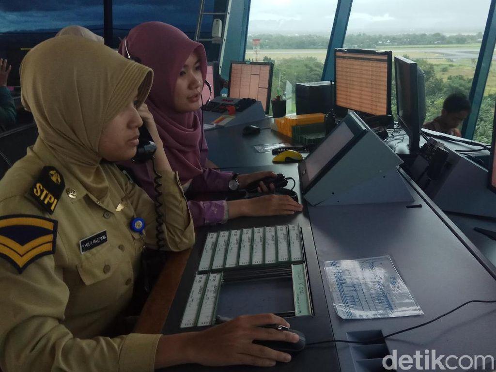 Aksi Para Kartini Atur Lalu Lintas Udara di Makassar