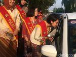 Hari Kartini, Polwan Ciamis Berkebaya dan Bagikan Cokelat