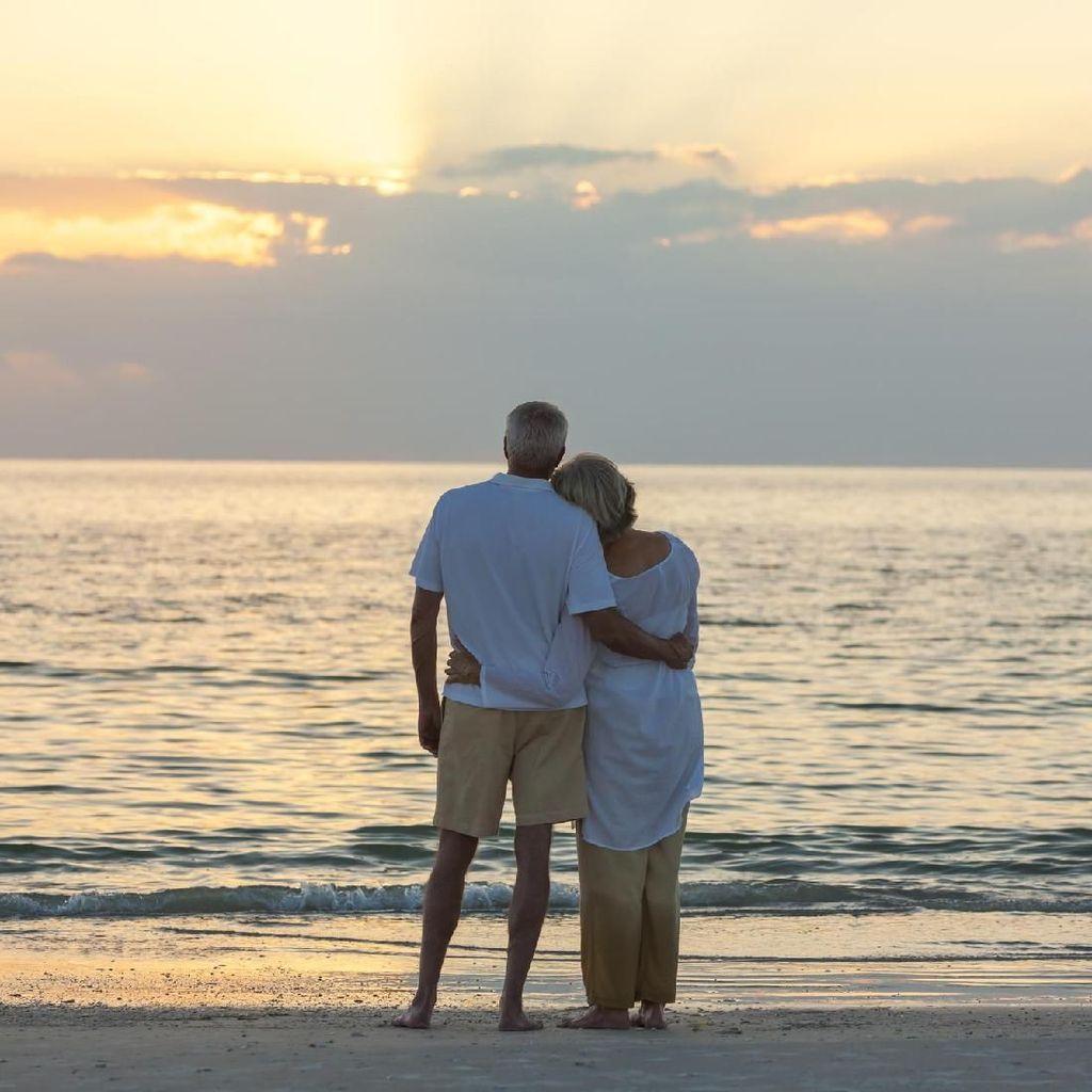Menghatkan Hati, Romantisme Sederhana Pasangan Tua Ini Viral
