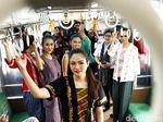 Lenggak-lenggok di Kereta, Kartini Cantik Curi Perhatian Penumpang