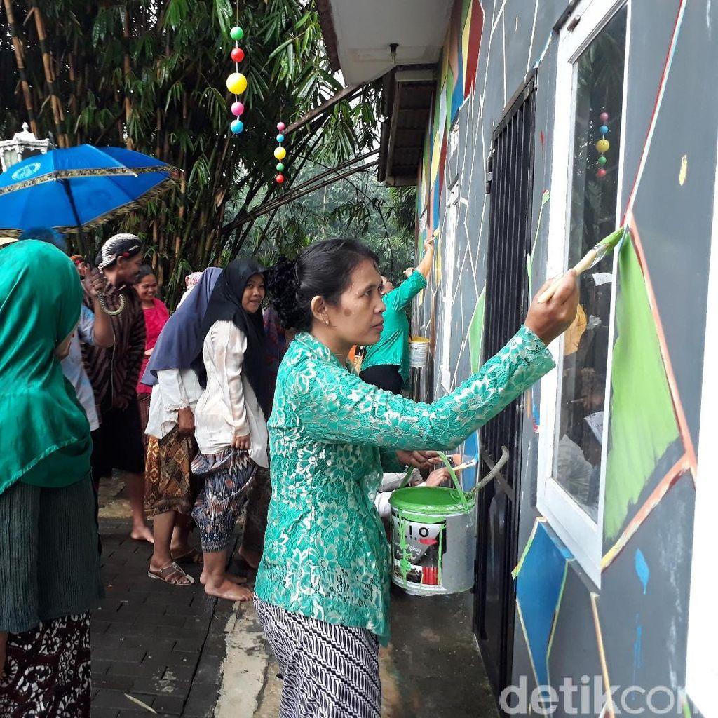 Peringati Hari Kartini, Puluhan Ibu Ramai-ramai Cat Tembok Rumah