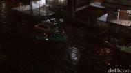 Dua Mobil Hampir Hanyut Terseret Banjir di Jalan Pagarsih