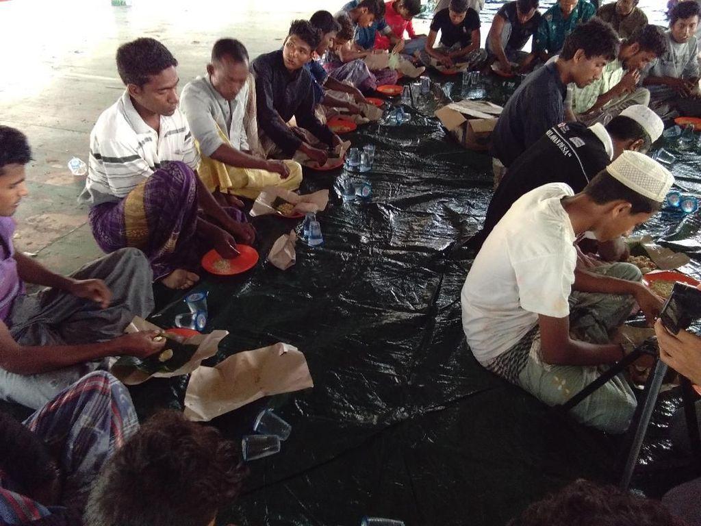 Melihat Pagi Pertama 79 Etnis Rohingya di Aceh