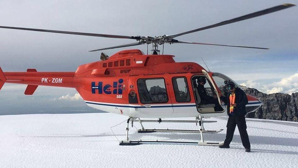 Foto: Naik Helikopter ke Gunung Es Papua