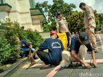 Jelang Bebas, Belasan Napi Lapas Ciamis Bersih-bersih Masjid Agung