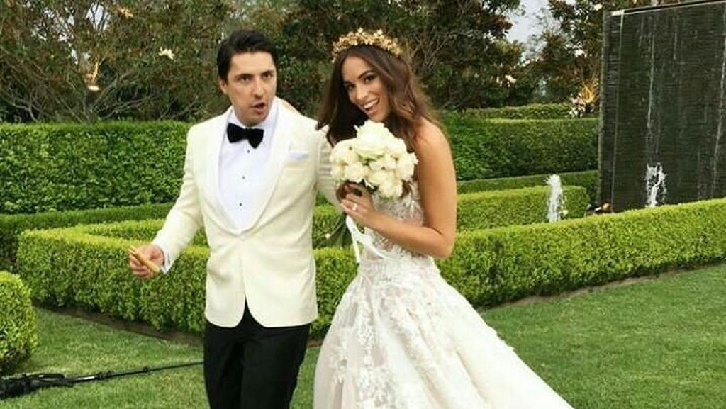 Pernikahan Mewah Miss Universe Australia, Gaun Bertabur Kristal dan Kue Emas