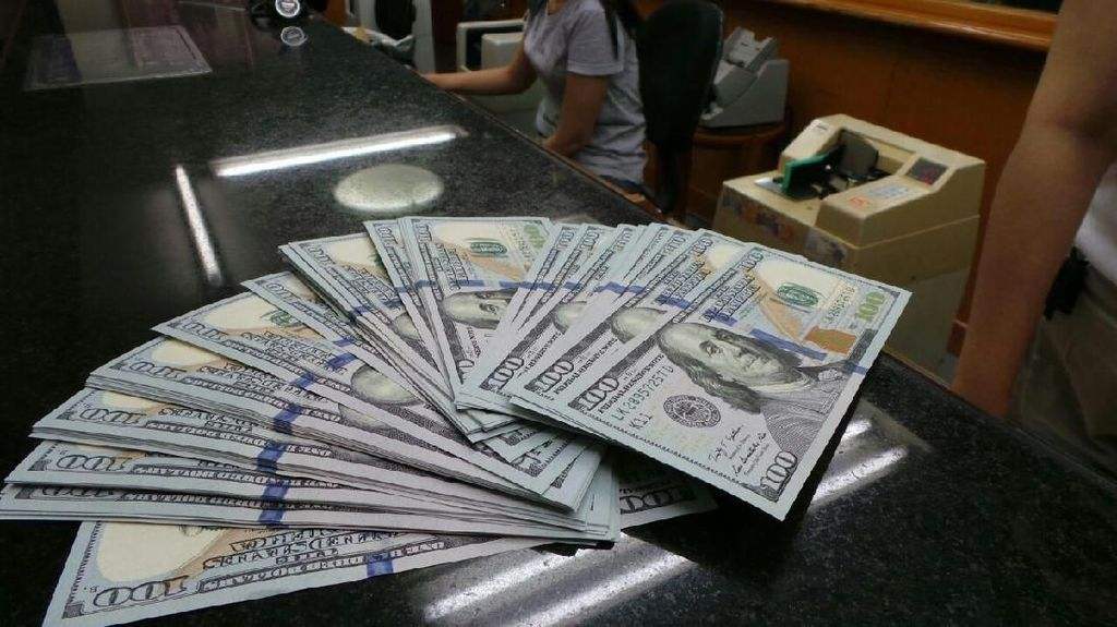 Dolar AS Menguat, Pengusaha: Jangan Sampai Rp 14.000