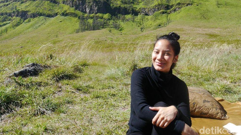 Si Cantik Tara Basro yang Terpesona Keindahan Bromo