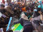 Dalam Sekejap, 17 Ribu Pepes Ikan Jadi Rebutan Warga Batang