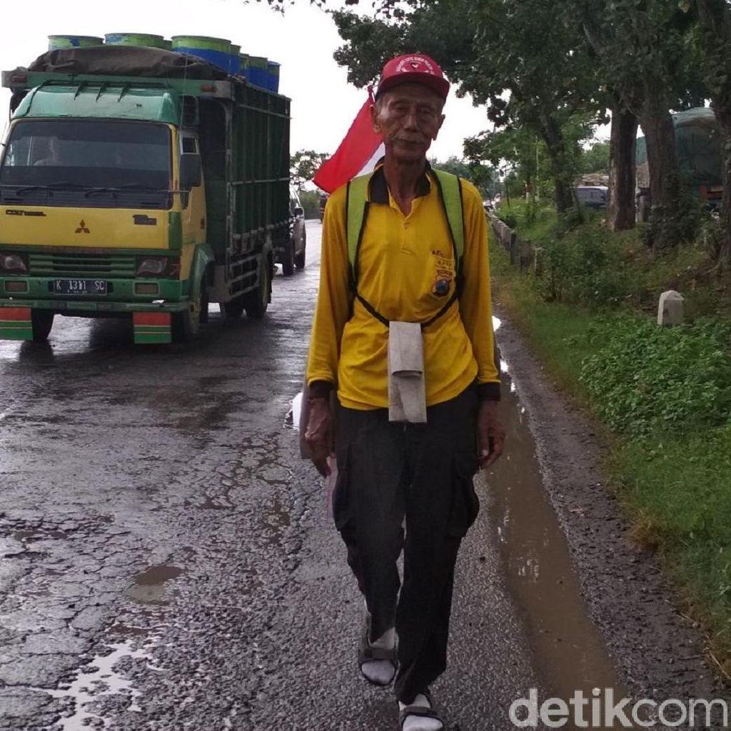 Kakek Pensiunan Polisi Jalan Kaki dari Surabaya ke Jakarta