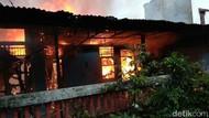 Damkar Padamkan Kebakaran Permukiman Padat di Makassar