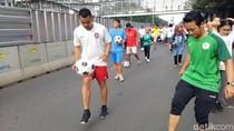 Sambut Piala Dunia 2018, Ratusan Orang Giring Bola Bersama di CFD