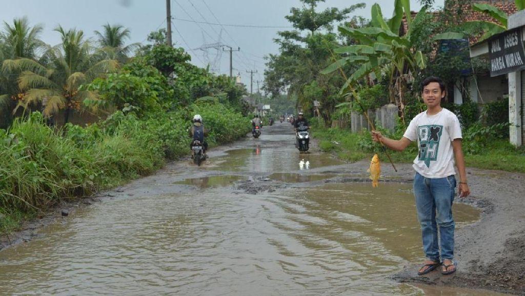 4 Remaja Banten Mancing di Tengah Jalan, Kok Bisa?