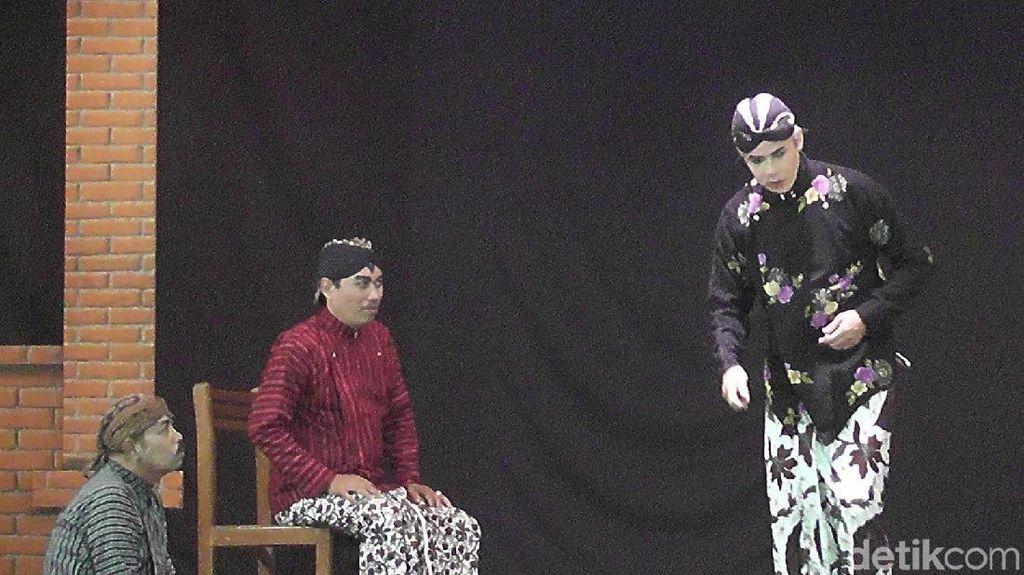 Di Rembang, Ganjar Main Ketoprak