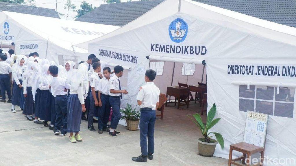 Sekolah Rusak karena Gempa, Siswa di Banjarnegara Belajar di Tenda