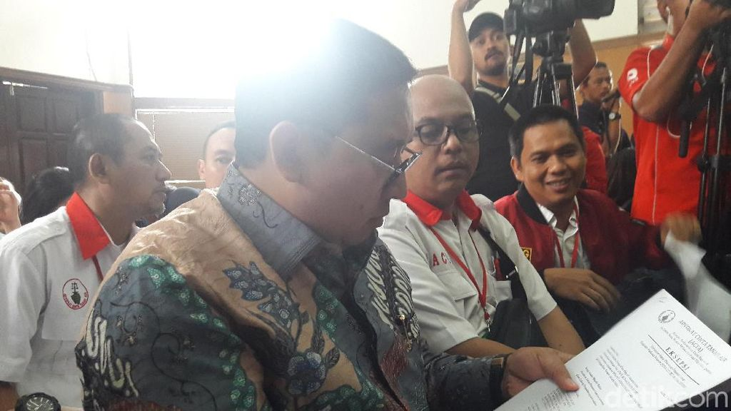 Fadli Zon Temani Ahmad Dhani di Persidangan