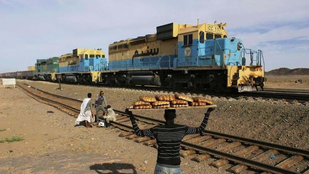Angkut Bijih Besi, Kereta Ini Panjangnya 2,5 Kilometer