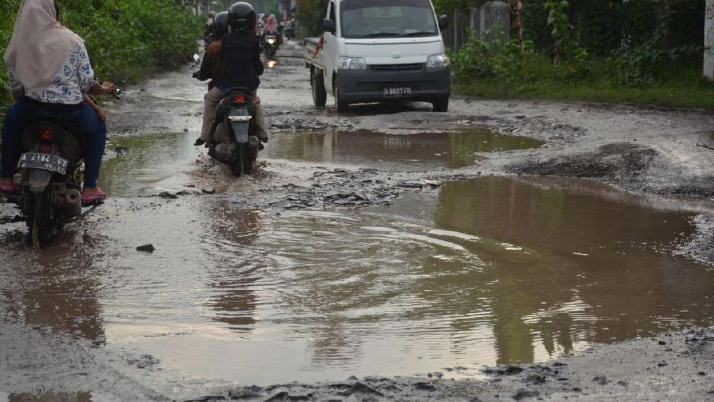 Penampakan Jalan yang Dijadikan Tempat Mancing Remaja Banten