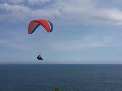 Serunya Menikmati Panorama Pantai Buyutan dengan Paralayang