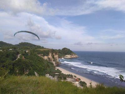 Foto: Paralayang di Pantai Pacitan, Dahsyat!