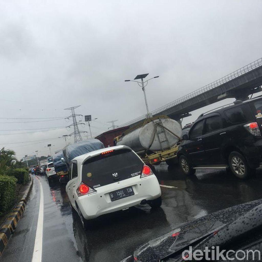 Jakarta Diguyur Hujan, Lalin Tol Cililitan arah Cawang Macet