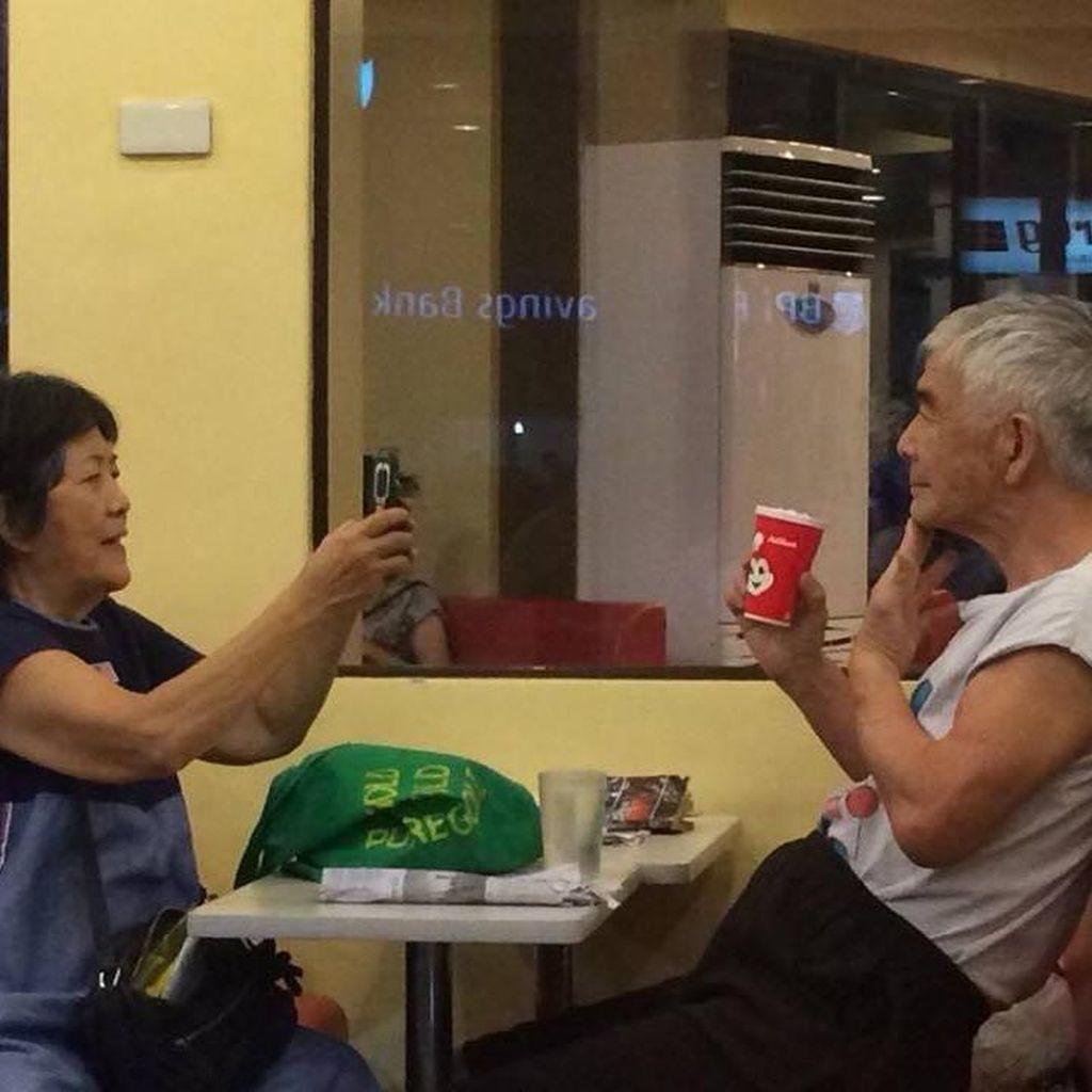 Viral, Kakek-Nenek Ini Saling Ambil Foto dengan HP Bak Anak Muda