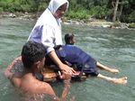 Jembatan Mangkrak, Ini Foto-foto Siswa Bertaruh Nyawa ke Sekolah