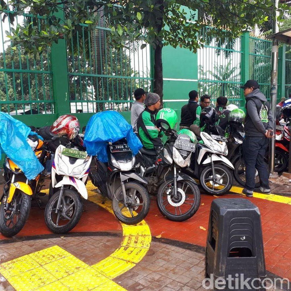 Parkir Motor di Pedestrian, Driver Ojol Mulai Datangi DPR