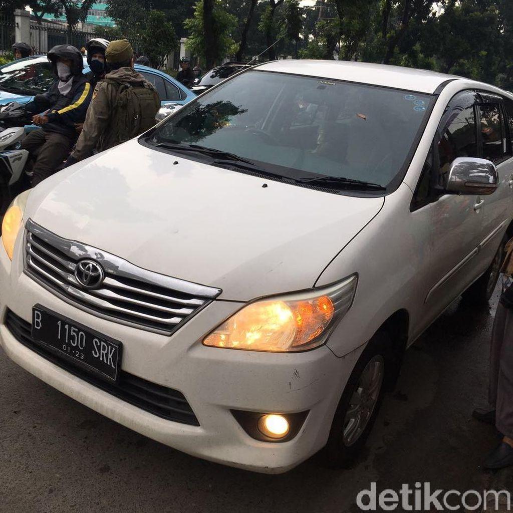 Seorang Pria Meninggal Dalam Mobil di Flyover Tanjung Barat