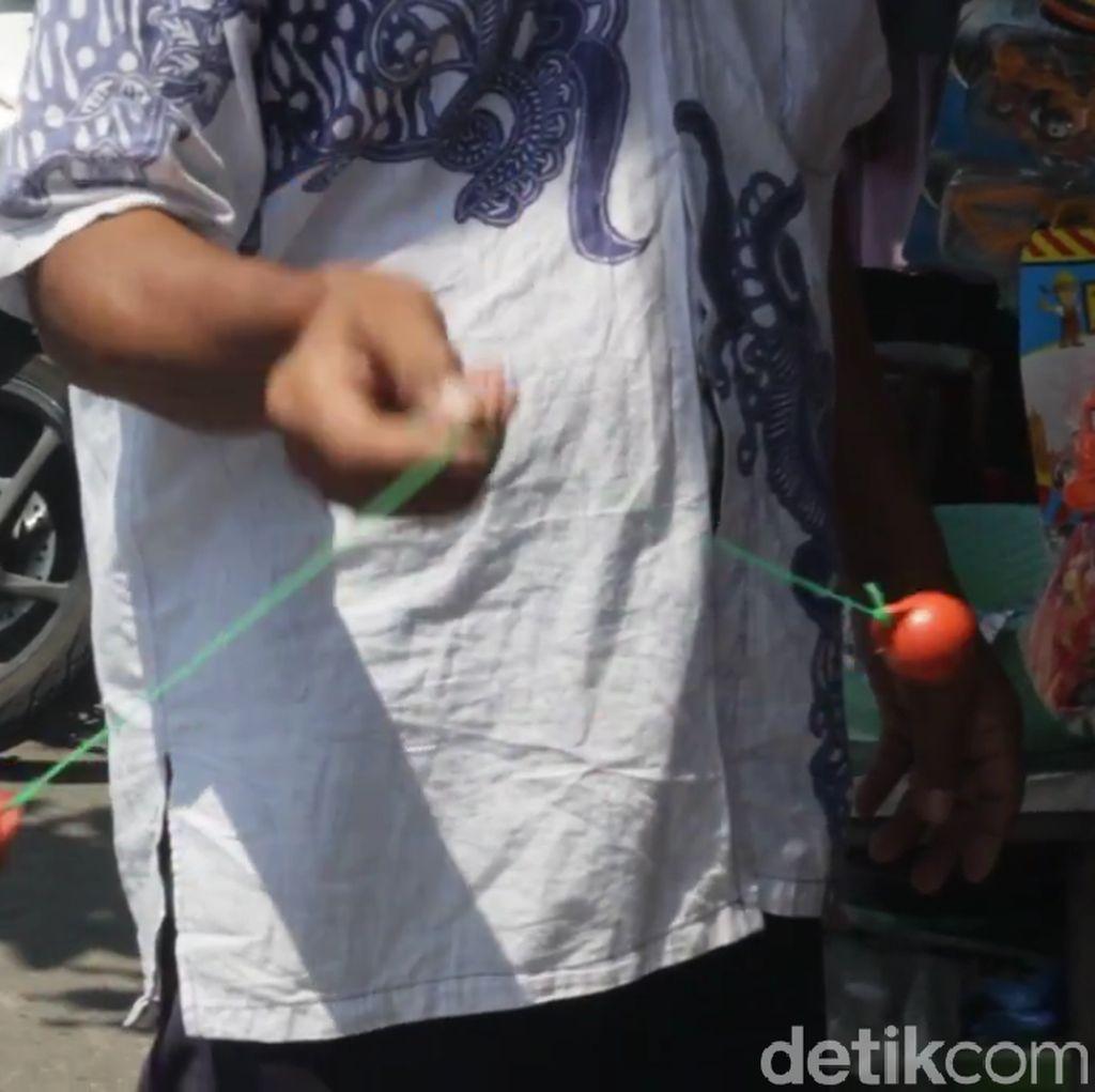 Mainan Lawas Tek tek Kembali Digandrungi di Surabaya