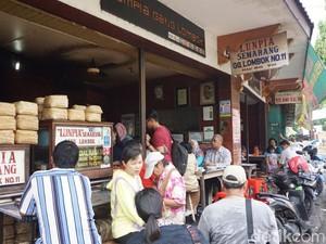 Mengintip Kios Lumpia Gang Lombok yang Sudah Seabad Memanjakan Lidah Pelanggan