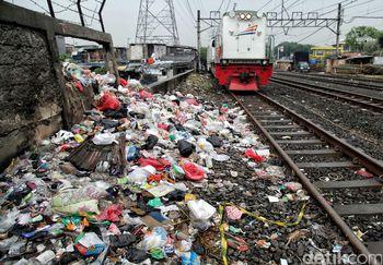 Foto: Sampah Menumpuk di Pinggir Rel Kereta Api