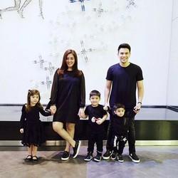 Gaya Kece Keluarga Jonathan Frizzy Saat Pakai Baju Kembaran