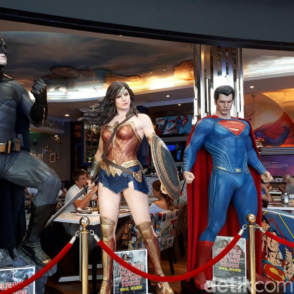 Bersantap Ditemani Superman dan Iron Man di DC Comic Superheroes Cafe