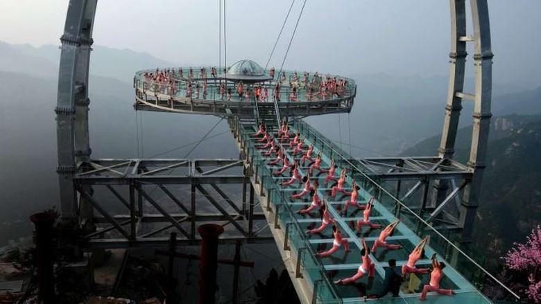 Foto: Balkon Kaca Terbesar Dunia di Tebing China