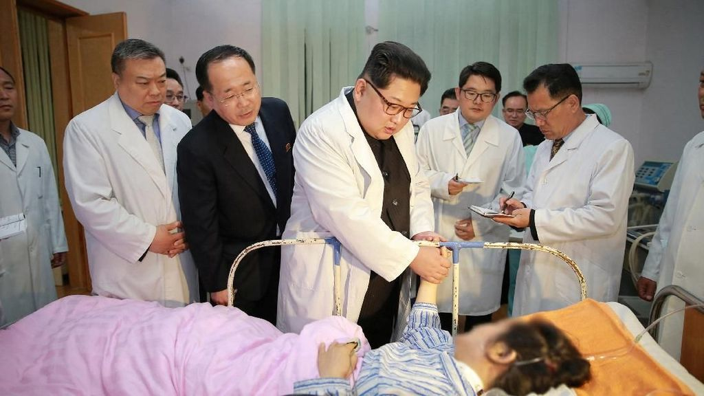 Saat Kim Jong-Un Jenguk Turis China Korban Kecelakaan Bus